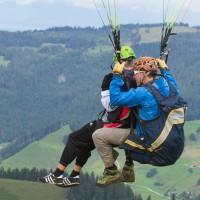 la suisse est un paradis pour le parapente en tandem