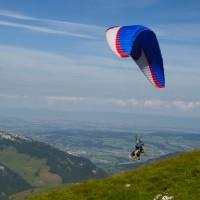 une randonnée en montagne et un vol en parapente biplace